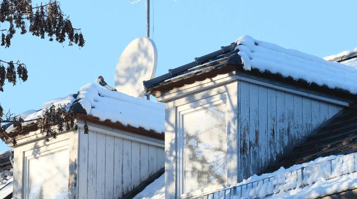 Walmgauben auf einem verschneiten Dach