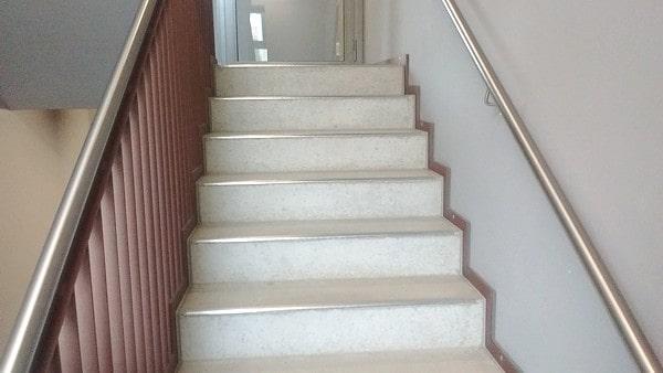 Treppengeländer an Betontreppe mit Handlauf als Gehhilfe