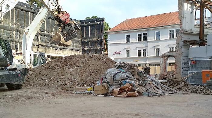 Bau und Abbruchabfälle bei Rückbauarbeiten auf einer Baustelle in der Weimarer Innenstadt