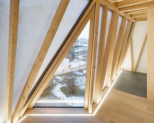 Holzbalkenkonstruktion im DFAB HOUSE, digital geplant, von Robotern zugeschnitten, von Zimmerleuten eingebaut
