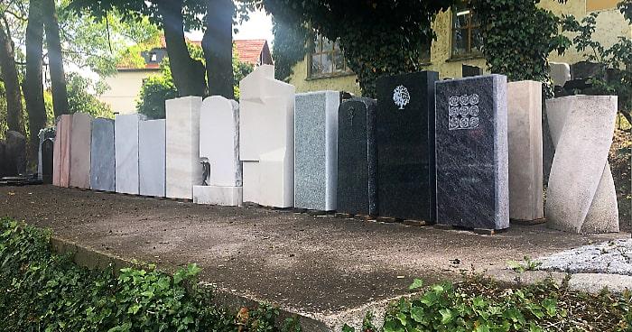 Ausgestellte Grabsteine bei einem Steinmetz in Weimar