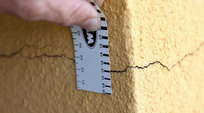 Riss im Putz einer Fassade