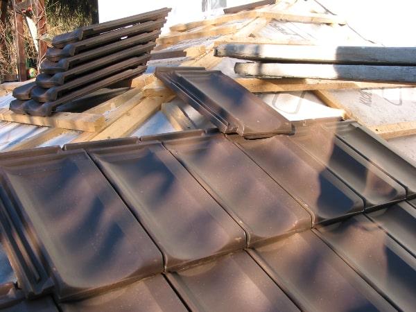 Dach wird mit Falzziegeln gedeckt