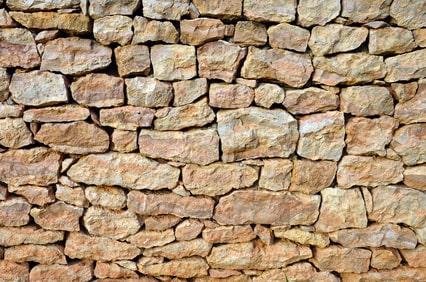 Natursteinwand als Einfriedung