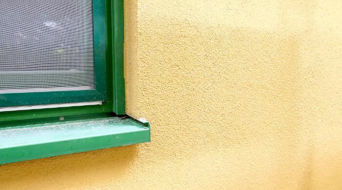Mineralischer Putz an einem renovierten Haus als Bestandteil eines Wärmedämmverbundsystems