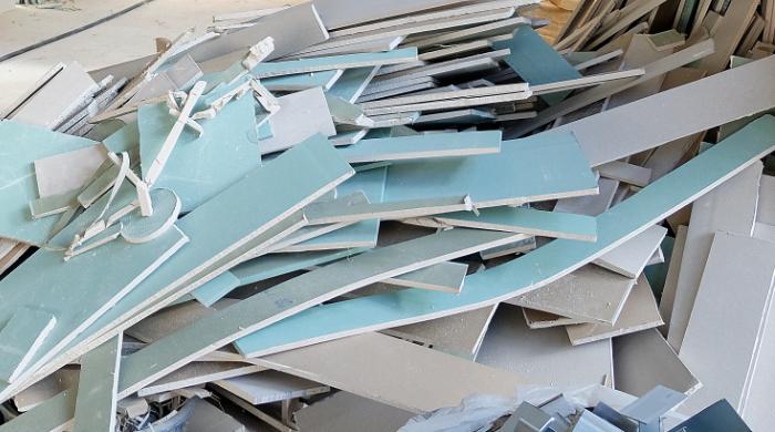 Gipskartonplatten aus REA-Gips werden als verwertbare Recyclingbaustoffe auf einer Baustelle gesammelt