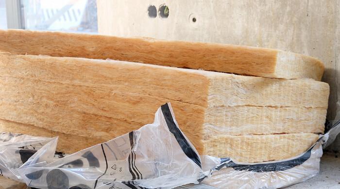Glaswolleplatten auf einer Baustelle kurz vorm Einbau