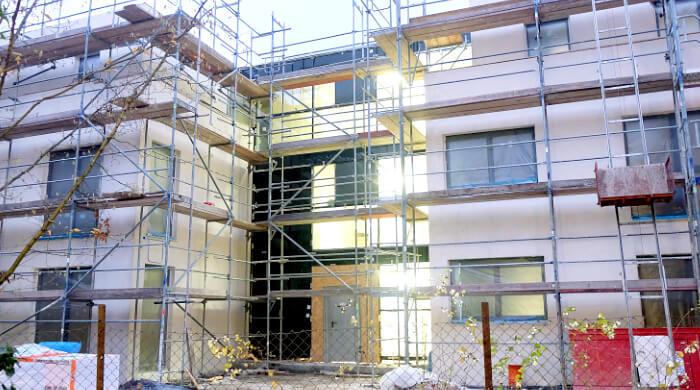Ein Neubau wird verputzt