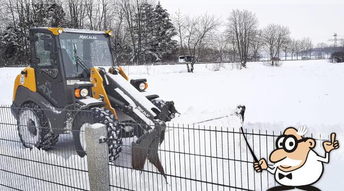 Bagger räumt Wege vom Schnee frei