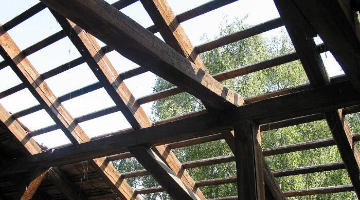 Bei Sanierungsarbeiten freigelegte Traglattung eines alten ungedämmten Daches