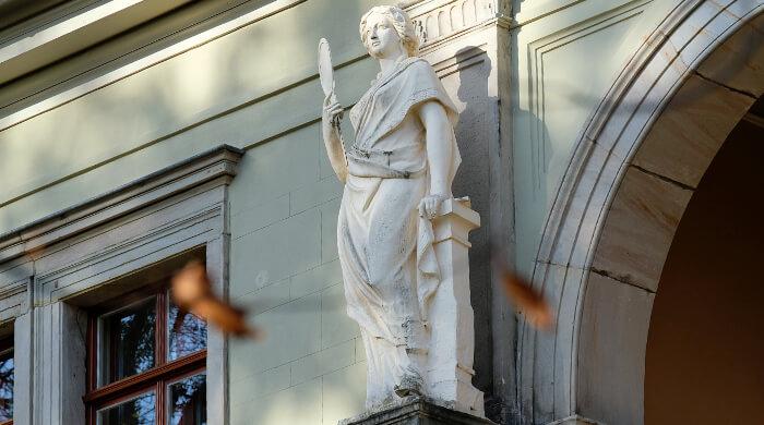 Skulptur an der Fassade eines Bauwerks