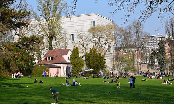 """Die Galerie """"Eigenheim"""" im rosa Haus im Weimarhallenpark freut sich auf gute Nachbarschaft mit dem Bauhaus-Museum"""