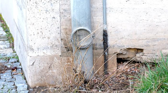 Blitzableiterdraht der Blitzschutzanlage leidet Blitzstrom in die Erdungsanlage ab