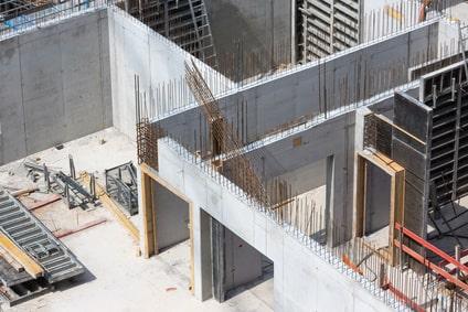 Errichten eines Gebäudes aus stahlbewehrtem Ortbeton