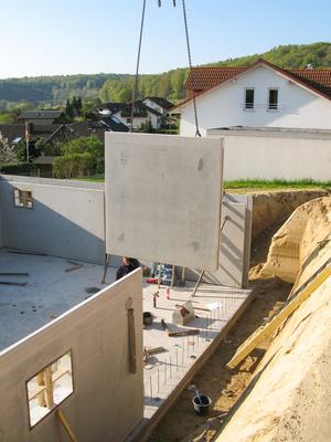 Errichten eines Hauses aus Betonfertigteilen