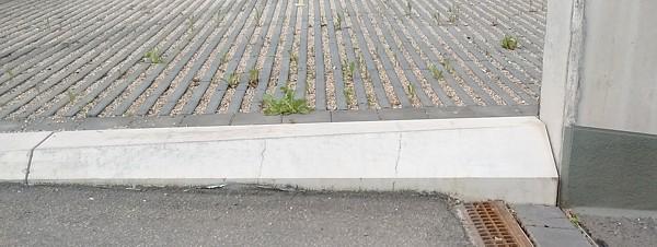 Flachbordstein an einer Garagenausfahrt
