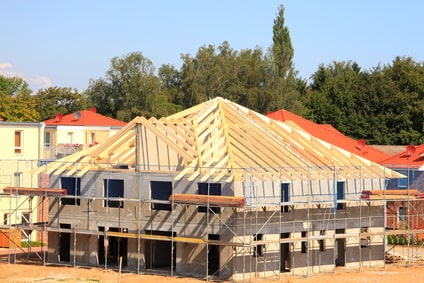 Rohbau mit zum Dachstuhl aufgerichteten Dachsparren eines Pyramidendaches mit Gaube