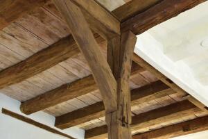 Tragkonstruktion aus Balken und Holzbalkendecke aus Vollholz