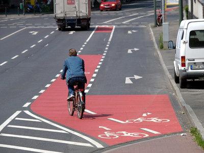 Richtungsführungsmarkierungen für Radwege auf Fahrbahnbelag