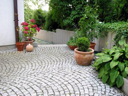 Hof mit Pflasterbelag aus Granit
