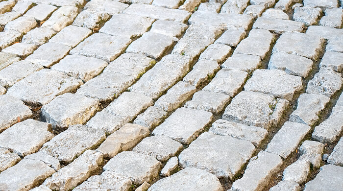 Ungebundenes Natursteinpflaster im Bogenverband verlegt
