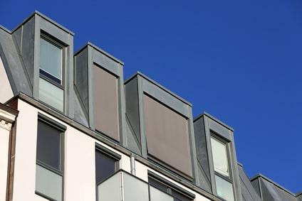 Senkrechtmarkise/Außenrollo an Gauben mit senkrecht stehenden Fenstern