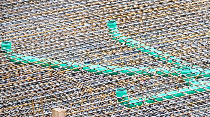 Als Bewehrung für eine Bodenplatte verlegte Betonstahlmatten