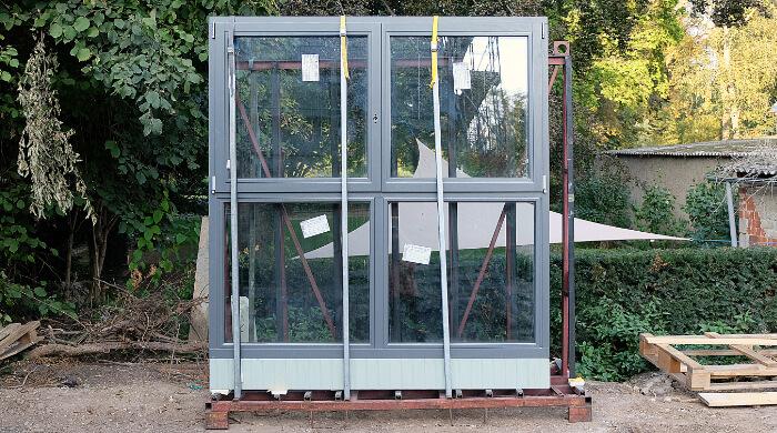 Neue Mehrscheibenisolierglas-Fenster vorm Einbau