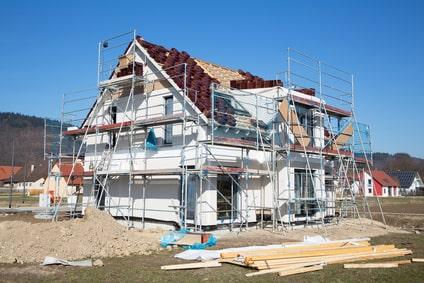 Arbeitsgerüst, obere Gerüstlage teilweise als Dachfanggerüst also Schutzgerüst ausgeführt