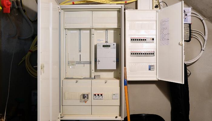 Zählerschrank und Sicherungskasten in einem neu gebauten Einfamilienhaus