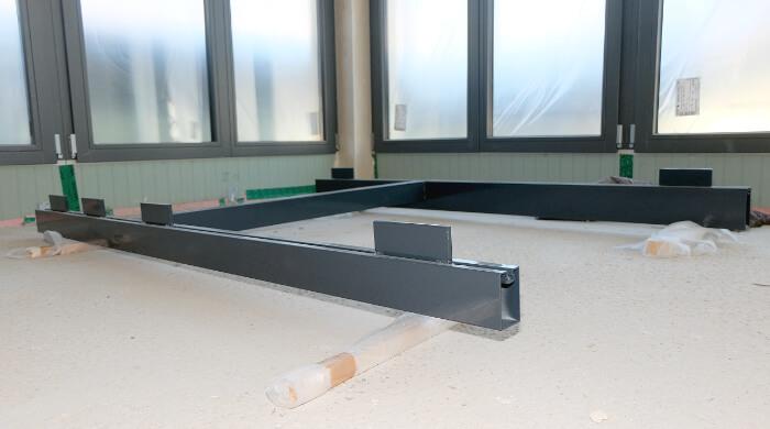 Fensterzargen zum Einbau montiert auf einer Baustelle
