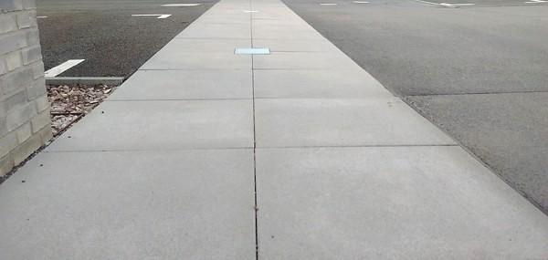 Gehweg aus Betonplatten mit integrierter Beleuchtung