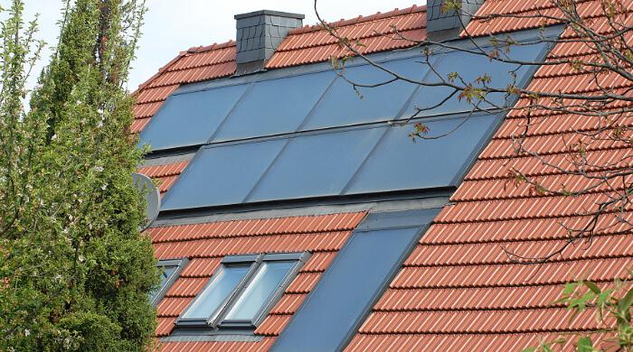 Solarthermie-Flachkollektoren zur Warmwasserbereitung auf einem Wohnhaus