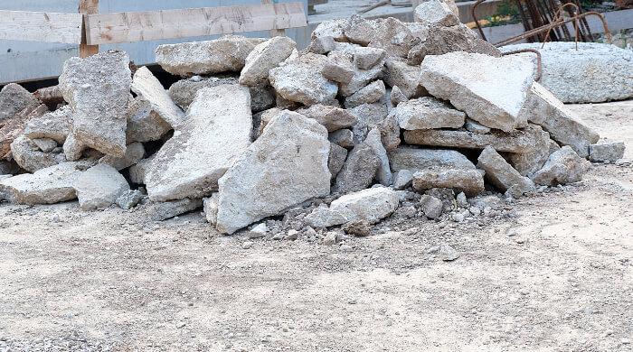 Getrenntes Sammeln von Bauabfällen auf einer Baustelle - Beton, Stahlbeton, Bewehrung -