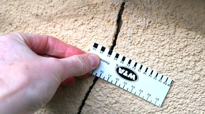 4 mm breiter Riss in einer Fassade - Ursache: dürrebedingte Veränderung des Baugrundes
