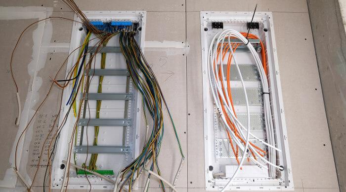 Zählerschrank und Sicherungskasten im Bau