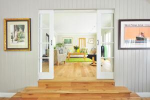 Elemente wie Schiebetüren aus Glas oder Oberlichter sorgen für einen hellen Innenraum.