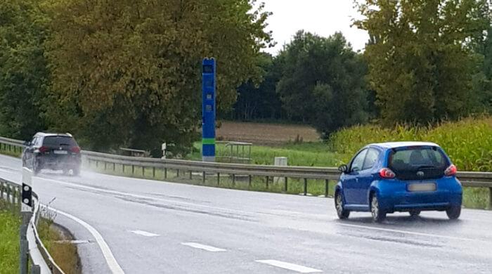 Maut-Kontrollsäule der Toll Collect GmbH an einer Bundesstraße
