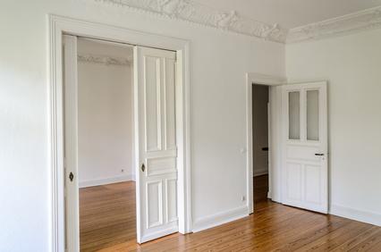 Schiebetür und Anschlagtür als Innentüren in einer Wohnung