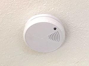 flacher, punktförmiger Rauchmelder im Schlafzimmer