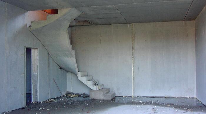 Rohbaukeller mit Betonfertigteilen - Betondecke, Betontreppe und Betonwände