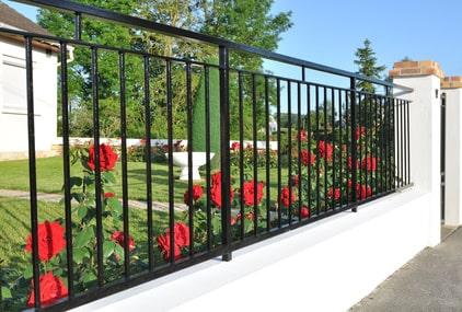 Schmiedeeiserner Zaun als Einfriedung