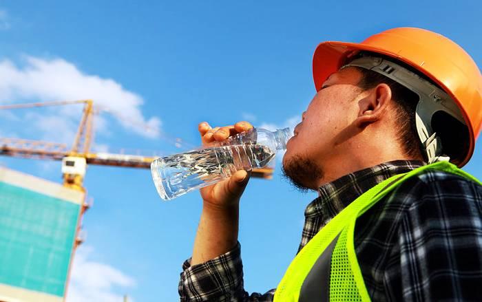 Genug trinken! Im Sommer eine wichtige Maßnahme, um nicht zu dehydrieren.