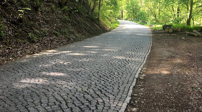 Granit-Pflasterbelag auf einer Straße in Thüringen