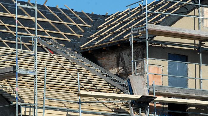 Traglattung für die Dacheindeckung wird auf die Konterlattung aufgebracht