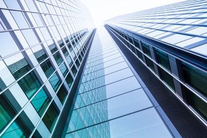 Glasfassade eines Geschäftsgebäudes