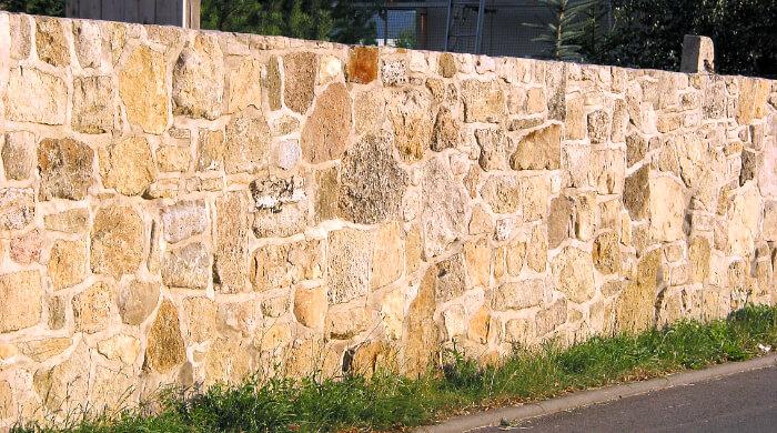 Natursteinmauerwerk als Einfriedung auf einer Grundstücksgrenze