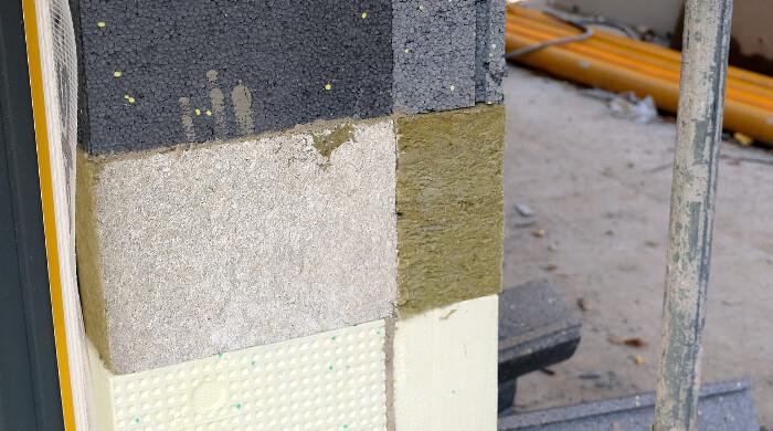 Verschiedene Dämmstoffe an der Außenwand eines Neubaus