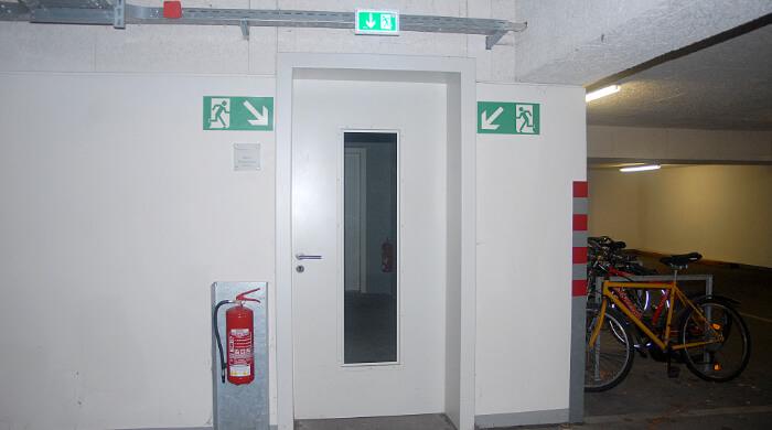 Fluchttür in einer Tiefgarage