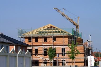 Obere Gerüstlage als Dachfanggerüst ausgebaut